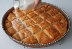 Yeast-free Milk Cheese Pie Pie Surprising with its Preparation faciles gourmet de cocina de postres faciles pasta saludables vegetarianas Cheese Pastry, Cheese Pies, Pastry Recipes, Gourmet Recipes, Caesar Pasta Salads, Milk And Cheese, Turkish Recipes, Popular Recipes, Pavlova
