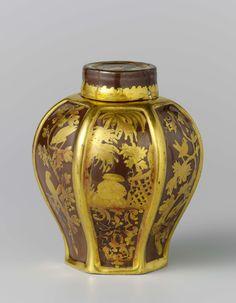 Meissener Porzellan Manufaktur | Lidded tea caddy, Meissener Porzellan Manufaktur, Anonymous, c. 1730 | Theebus met deksel, van beschilderd porselein. De bus is zeshoekig en geheel bedekt met een bruine glazuur. De zes velden zijn afwisselend beschilderd met een chinoiserie en met twee vogels op een tak, beide in goud. De bus is gemerkt.