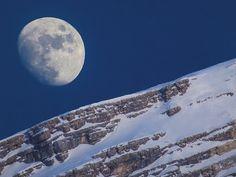 Луна над горой Антелао (Доломитовые Альпы, Италия)
