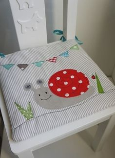 A cute chair cushion suitable for a small baby chair. Applique Cushions, Pillow Embroidery, Sewing Pillows, Sewing For Kids, Baby Sewing, Diy For Kids, Quilt Baby, Sewing Crafts, Sewing Projects