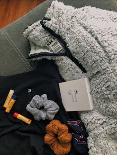 ronquillo Teddy Jacket - AirPods - Burt's Bee's Chapstick - scrunchies IG - tj.ronquillo Teddy Jacket - AirPods - Burt's Bee's Chapstick - scrunchies Trendy Outfits, Winter Outfits, Summer Outfits, Teen Fashion, Fashion Outfits, Ladies Fashion, Fashion Trends, Mein Style, White Girls