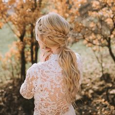 23 Cute Prom Hairstyles for 2019 – Updos, Braids, Half Ups & Down Dos 42 ideas braids wedding half up bridal hair Half up/half down hair with messy braid and loose curls. Perfect for prom, weddi. Prom Updo, Prom Braid, Prom Hairstyles For Short Hair, Trending Hairstyles, Braided Hairstyles, Homecoming Hairstyles, Half Up Half Down Hair Prom, Side French Braids, Braided Half Up