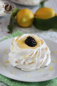 Pavlovas with Lemon Cream Bite Size Desserts, No Bake Desserts, Delicious Desserts, Pastry Recipes, Cake Recipes, Dessert Recipes, Meringue, Chocolates, Mini Pavlova