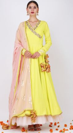 Glam Outfit Ideas for Indian Bridesmaids for every Ceremony Dress Indian Style, Indian Dresses, Indian Outfits, Indian Wear, Simple Kurti Designs, Kurta Designs Women, Heavy Dresses, Nice Dresses, Long Dresses