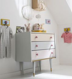 Tout en douceur Il suffit d'un joli camaïeu de coloris pastel pour relooker une commode qui trouvera tout naturellement sa place dans une chambre d'enfant. http://www.castorama.fr/store/pages/idees-decoration-facile-renover-meubles.html