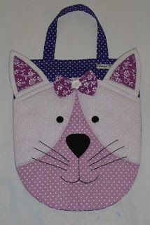 Encomendaram uma lixeirinha com cara de gatinha...vi esta em uma revista antiga, fiz e adorei... Felt Doll Patterns, Crochet Blanket Patterns, Fabric Bags, Fabric Scraps, Pochette Diy, Cute Sewing Projects, Owl Bags, Cat Quilt, Paper Gift Bags