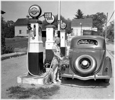 Vintage Petrol Service Station, (Photo undated), ca. Drive In, Old Gas Pumps, Vintage Gas Pumps, Old Photos, Vintage Photos, Vintage Posters, Pompe A Essence, Gas Company, Gas Service