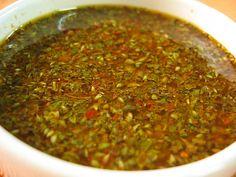 Salsa chimichurri: - 150 ml de aceite de oliva - 150 ml de aceite de girasol - 50 ml del vinagre - 1 tomate maduro pequeño - 1/4 de pimiento rojo - 3 dientes ajo - 2 cucharadas orégano - 1/2 chile verde - 1 cucharada perejil fresco - 1 cucharadita de tomillo - 1 cucharadita de romero - 1/2 cucharadita comino - aderezo 5 pimientas molidas - sal