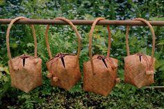 """491 Käsilaukku, """"Nyytti"""", pienempi  492 Käsilaukku, """"Nyytti"""", suurempi  (tehty kapeammista tuohista, suurempitöinen)"""