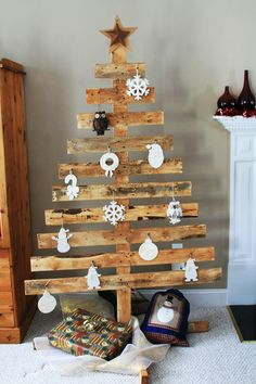 christmas decorations made from pallets | 25 Ideas of How to Make a Wood Pallet Christmas Tree DesignRulz.com