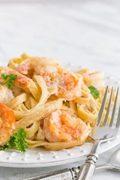 Learn to make a restaurant-quality dish with our Creamy Shrimp Alfredo recipe. This Creamy Shrimp Alfredo features hints of parsley and Fettuccine Alfredo, Shrimp Fettuccine, Copycat Recipes, Fish Recipes, Seafood Recipes, Pasta Recipes, Sauce Recipes, Recipies, Pasta Penne