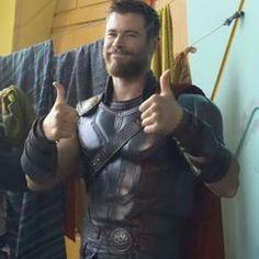 Behind the scenes Chris Hemsworth in Thor Ragnarok. #superheroe #marvel #ThorRagnarok #ChrisHemsworth #thorsday