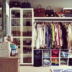 Tudo bem que o closet do @songofstyle está bagunçadinho, mas adoramos a ideia do armário de sapatos. Com portas de vidro, ele permite que você enxergue os modelos. Nos nichos é válida a tentativa de organizar as peças por cores e modelos