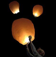 Venues d'Asie et plus particulièrement de Thaïlande, les lanternes célestes sont des sortes de mongolfières lumineuses qui utilisent l'air chaud de la flamme pour s'envoler dans les airs illuminant le ciel comme par magie. Selon la tradition, il convient de formuler un voeu lors de l'envol de la lanterne volante qui se réalisera alors.