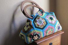 crochet:  African flower purse  @Danielle Lampert Lampert Lampert Woods Hoage  omgomgomg must do!!