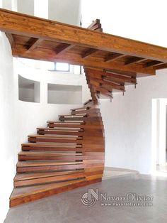 Escalera de madera singular, en madera de iroko y sapelli