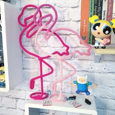 Woven flamingo for wall or shelf. Custom made in color . Wire Crafts, Diy Home Crafts, Diy Crafts To Sell, Crafts For Kids, Flamingo Party, Goth Home Decor, Diy Home Decor, Diy Para A Casa, Spool Knitting