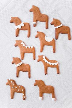 gingerbread dala horses - DIY and Crafts Swedish Christmas, Merry Little Christmas, Noel Christmas, Scandinavian Christmas, Christmas Baking, All Things Christmas, Winter Christmas, Christmas Cookies, Christmas Crafts