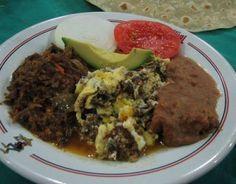 Machacado con Huevo, acompa;ado de frijolitos refritos y tortillas de harina recien hechesitas mmmm.  Tipico de Monterrey