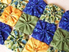 Small Hand Quilting Projects Ideas For 2019 Hand Quilting Patterns, Quilting Projects, Sewing Projects, Sewing Patterns, Quilting Ideas, Yo Yo Quilt, Fabric Scraps, Quilt Blocks, Sewing Crafts