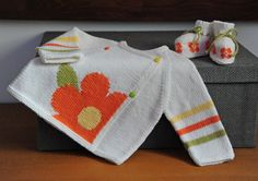 layette ensemble mérinos fleur 1 mois neuf tricoté main brassière et chaussons : Mode Bébé par com3pom