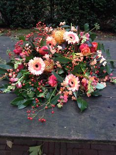 Afscheidsbloemen #BLOM BLoemwerk Op Maat #Wageningen Summer Flower Arrangements, Funeral Flower Arrangements, Funeral Flowers, Summer Flowers, Wedding Flowers, Grave Decorations, Flower Decorations, Casket Flowers, Casket Sprays