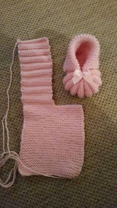 Aprende a Tejer una ado Free knitting pattern for the Easiest Baby Booties Ever! a href='/tag/knitting', Find and save knitting and crochet schemas,Easy to make beautiful baby booties adorable yellow knit booties knitting knittingpatterns babybooties Baby Knitting Patterns, Baby Booties Knitting Pattern, Crochet Baby Shoes, Crochet Baby Booties, Loom Knitting, Baby Patterns, Crochet Patterns, Free Knitting, Baby Bootees