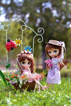 My sisters: Mizuki & Miki enjoy their summer collecting flowers ^___^ The skirts that wear them are made by my mom Also as maybe you can see, I changed again Miki wig XD (then I'll post a picture where it looks best) Cute Images For Dp, Cute Baby Girl Images, Girl Cartoon Characters, Cute Cartoon Girl, Cute Couple Wallpaper, Wallpaper Iphone Cute, Beautiful Barbie Dolls, Pretty Dolls, Baby Girl Drawing