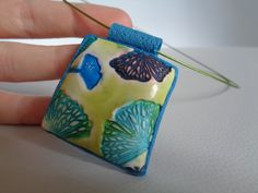 náhrdelník ginkgo přívěsek vyrobený z fimo hmoty, s texturou listů ginkgo biloby, druhá strana modrá, listy jsou vymalované alkoholovými inkousty, zavěšený na barevné kovové obruči se šroubovacím zapínáním Přívěsek 5x4cm