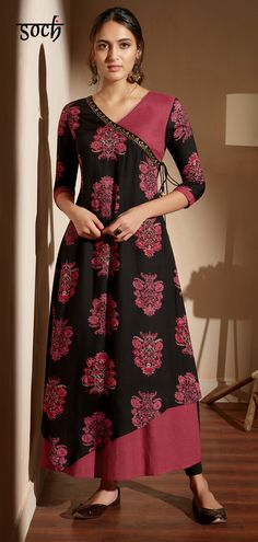 Define tradtional beauty in this black and pink rayon a-line kurti. Paired with black ankle length leggings. Is kurti set is a classy outfit that every lady must-own. Salwar Neck Designs, Kurta Neck Design, Dress Neck Designs, Stylish Dress Designs, Kurta Designs Women, Designs For Dresses, Blouse Designs, Neck Design For Kurtis, Churidhar Neck Designs