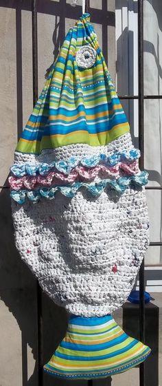 Pez Guardacosas tejido al crochet, usando bolsas plásticas y tela.
