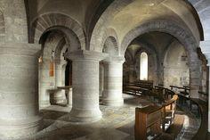 Abbaye de Saint-Benoît-sur-Loire (Loiret). Fin du XIe siècle, entre 1060 et 1108 : crypte renfermant le reliquaire du saint, avec autour un double déambulatoire annulaire.