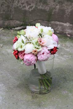 Buchet mireasa realizat din bujori,bouvardia,waxflower si lisianthus,roz alb,vernil