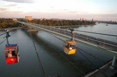 """Köln schwebend geniessen  … mit Europas erster Seilschwebebahn über einem Fluß! Erleben Sie das einmalige Kölner Panorama, über dem Wasser von """"Vater Rhein"""" schwebend, die Silhouette der Domstadt als Fotomotiv der unvergesslichen Eindrücke.  Die Seilbahn bietet bereits seit Jahrzehnten die schönsten Aussichten aus der Vogelperspektive. Fast 20 Millionen Fahrgäste erlebten seit 1957 die Faszination, hoch über dem Rhein zu schweben und dabei Kölns atemberaubendes Panorama zu schauen. Die…"""