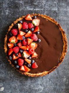 """Denne skønne bountykage er fra min kogebog """"Sunde Søde Sager"""", og forleden delte jeg opskriften på min Instagram-konto, og selvfølgelig vil jeg også dele den her på bloggen. Jeg elsker kombinationen af kokos og chokolade, og derfor har jeg døbt denne kage """"Bountykage"""". Kagen er nem at lave og kræver ikke mange ingredienser, og så …"""