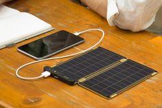 """※国内販売の正式決定につき、先行予約承り中です。ご注文いただきましたお客様から、11月17日より順次お届けさせていただきます。※本商品は、追加ソーラーパネル1枚(オプション)です。『Plug into the sun』日本語に訳すと「太陽にスマホをつなぐ」。センスに満ち溢れた『Solar Paper』のコンセプトです。スマホの充電が切れても、太陽があれば大丈夫。太陽の下で Solar Paper のソーラーパネルを開けば、太陽光がスマホを充電してくれます。晴れている日であれば、家庭用コンセントとほぼ同じスピードで充電が可能。キャンプやBBQ、屋外スポーツ、海外旅行といった電源がない場所はもちろん、大規模な災害や停電時の防災グッズとしても重宝するはず。自然の恵みが、私たちのデジタルライフをさらに豊かにしてくれる。ロマンに溢れた充電器です。""""太陽""""でスマホが充電できるってすごい。Solar Paper…"""