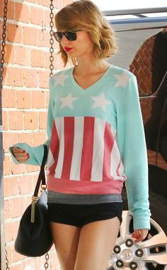 Totally obsessed with Taylor Swift's patriotic sweater!
