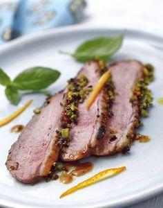 Filets de canard en croûte d'olives et de pistaches