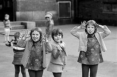 Eeva ja Simo Rista kulkivat Helsinkiä ristiin rastiin ja tallensivat, mitä heidän eteensä osui. Simo Rista kohtasi iloiset tytöt Viidennellä linjalla 1970.