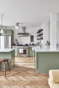 Cheap Home Decor Just like the media moguls personal style this breezy Brooklyn apartment is designed to feel as good as it looks. Home Decor Just like the media moguls personal style this breezy Brooklyn apartment is designed to feel as good as it looks. Home Decor Kitchen, Interior Design Kitchen, New Kitchen, Home Kitchens, Small Kitchens, One Wall Kitchen, Cosy Kitchen, Kitchen Pulls, Simple Interior