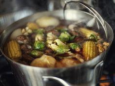 Как исправить пересоленный суп Попробуйте добавить кусочки сырой картошки или яблока, или рис в чистой ткани, чтобы они поглотили лишнюю соль, оставьте их вариться на медленном огне на 10 минут, а затем выньте. Если суп по-прежнему слишком соленый, добавьте в него полную ложку сахара. Если и сахар не помог, можно плеснуть немного яблочного уксуса. Последнее, что можно попробовать, если ничего не помогло, — разбавить пересоленный суп водой или бульоном.