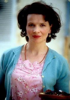 séquence cinéma ᘛ french actress juliette binoche in chocolat of swedish lasse hallström (movie scene) Juliette Binoche, 3 Movie, Movie Stars, The English Patient, French Actress, Great Movies, Johnny Depp, Her Hair, Actors & Actresses