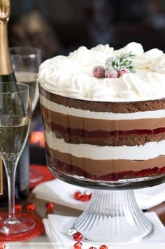 Chocolate Cranberry and Cream Cheese Mousse Trifle. There's a lot happening in that trifle dish. Christmas Trifle, Christmas Desserts, Christmas Treats, Köstliche Desserts, Delicious Desserts, Plated Desserts, Layered Desserts, Receita Trifle, Fruit Recipes