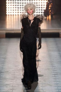 Vivienne Westwood Fall 2014 Ready-to-Wear Runway Scribe Virgin arrives in black to hand down her final decsion Paris Fashion, New York Fashion, Fashion Show, Fashion Design, Fashion 2014, Fashion Brands, Vivienne Westwood, English Fashion, 1970s