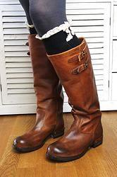LACIE LEGS Kuschelige Socken mit Spitze und Knöpfen www.petit-fours.com #socken #spitze #vintage #stulpen #boots #stiefel #bootsocks #schwarz #kuschelig #weich #winter