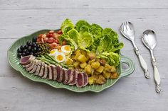 Nesta versão do clássico francês, o atum é grelhado, a vagem chamuscada, a batata assada e o tomate sem pele. O resultado é uma salada que tira 10 em tudo: apresentação, textura e sabor. O passo a passo é longo, mas o resultado vale a pena: comida gostosa no prato e boas técnicas culinárias na cabeça. Nicoise Salad, Cobb Salad, Salada Caprese, Carne, Brunch, Cheese, Health, Recipes, Rita Lobo