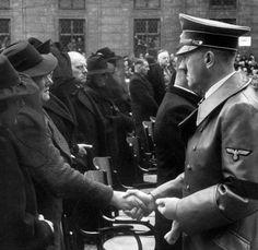 """1939, Allemagne, Munich, Adolf Hitler exprime ses condoléances aux familles des victimes de l'attentat de la brasserie """"Bürgerbräukeller"""""""