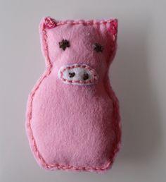 Manchmal muss man Schwein haben! Bastelt euch euren Glücksbringer doch einfach selbst! Ein Glücksschweinchen aus Filz ist ruckzuck fertig!
