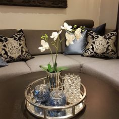 Centre table living room, table decor living room, living room white, home Coffee Table Decor Living Room, Living Room Candles, Decorating Coffee Tables, Living Room Decor, Living Rooms, Table Centerpieces For Home, Centerpiece Decorations, Decoration Table, Room Decorations