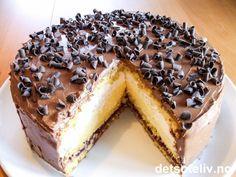 """""""Dronningkake"""" er en fantastisk flott festkake!!! Kaken består av en luftig sukkerbrødsbunn som fylles med bringebærsyltetøy, pisket krem og en nydelig eggekremfromasj. På toppen er kaken dekket med en utrolig deilig sjokoladekrem som er tilsatt en skvett konjakk. Kaken på bildet er dessuten pyntet med høvlet sjokolade. Anbefales! Sweet Recipes, Cake Recipes, Norwegian Food, Norwegian Recipes, Types Of Cakes, Something Sweet, Let Them Eat Cake, Yummy Cakes, No Bake Cake"""